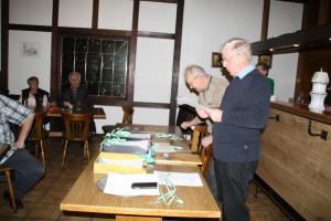 Udo Jostmann & Heinz Sparenberg nehmen die Siegerehrung vor