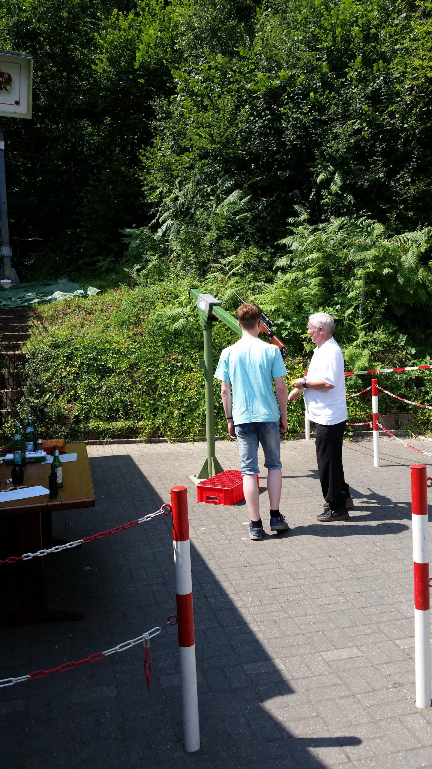 Dennis Vöbel beim Vogelschießen in Hagen Holthausen